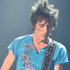 Ronnie-wood-somebody-up-there-likes-me-1574020127